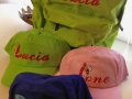 bordados en mochilas y gorras juveniles